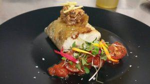 Emplatado del bacalao con confitura de tomate y cebolla confitada con jengibre