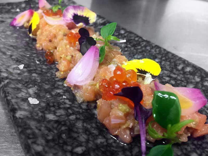 Tartar de salmón con sus huevas y cebollita encurtida