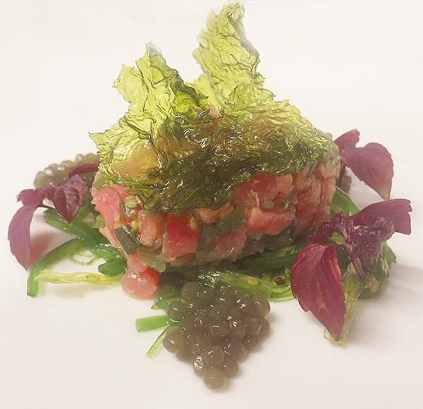 Tartar de atún con lechuga de mar y alga wakame