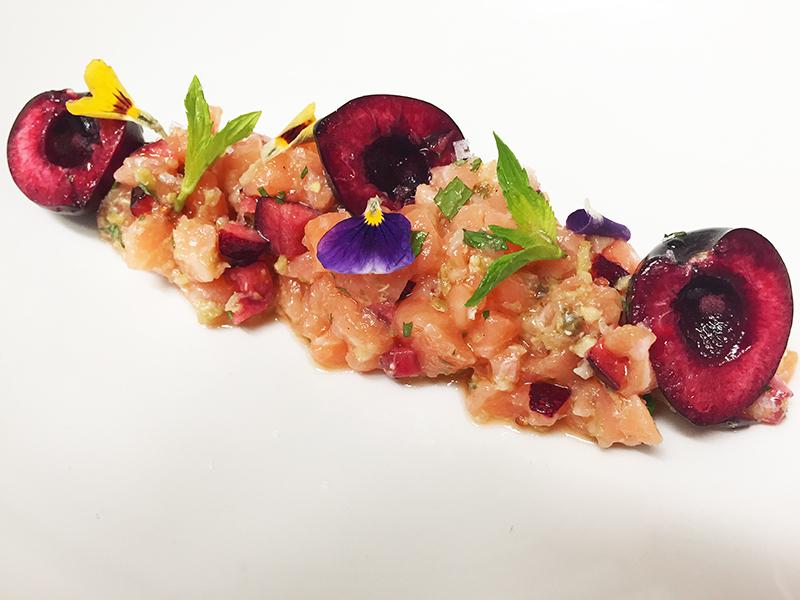 Tartar de salmón con cerezas y hierbabuena